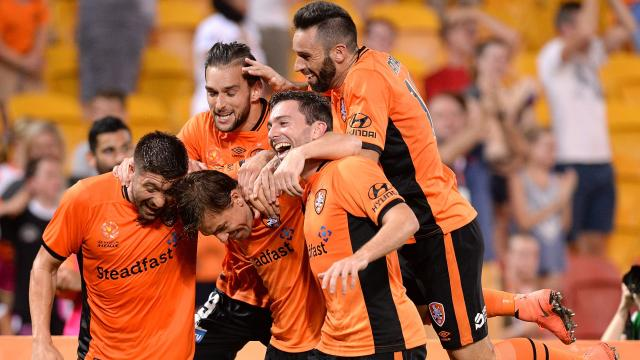 Roar steal win from Wanderers