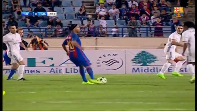 Ronaldinho's no look assist